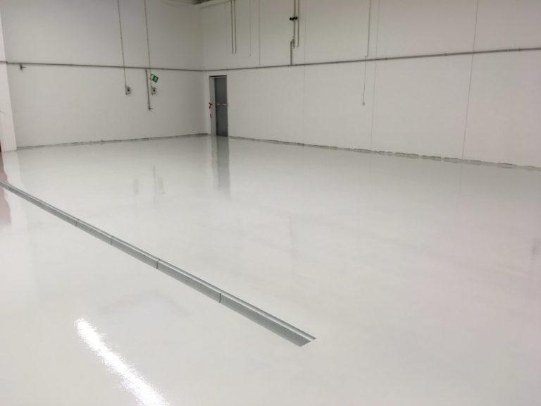 Epoxy gulv, hvidt lagerrum