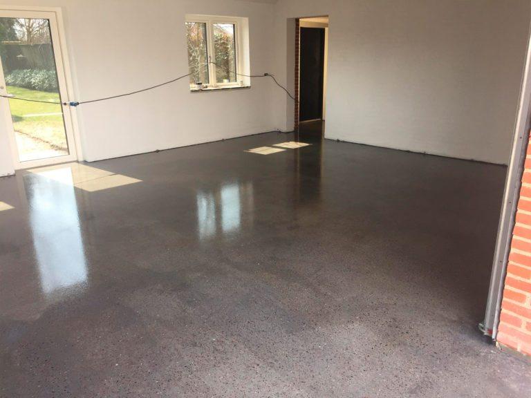 Poleret beton, sollys inde i garagen