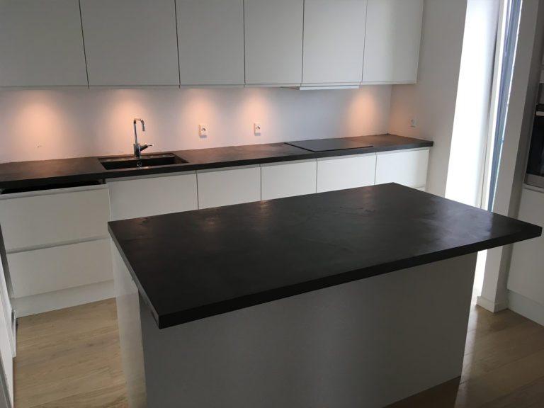 Microcement, køkken med træ bordplade