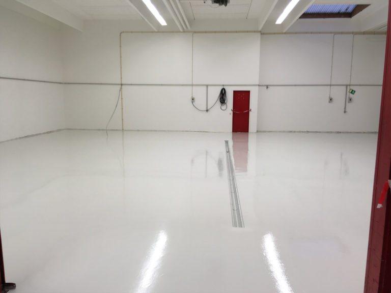 Epoxy gulv, hvidt lagerrum med rød dør