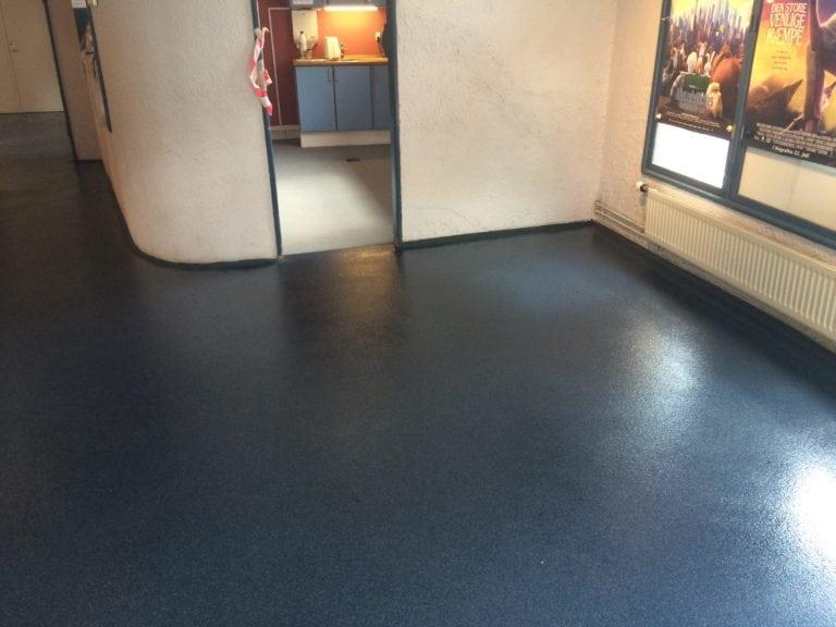 Color kvarts gulve, mørke blå gulv i stort lokale