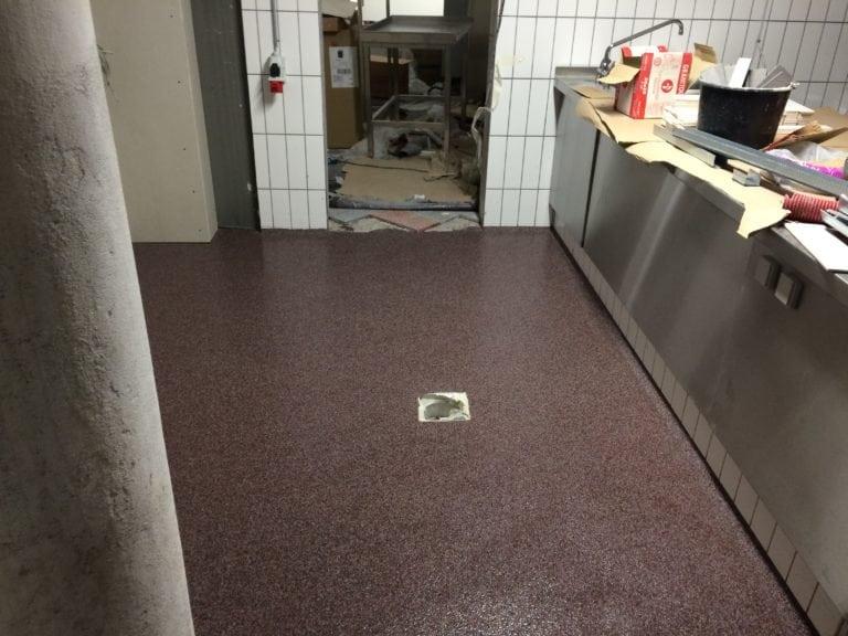 Color kvarts gulve, mørke rødt gulv med industri reoler med værktøj