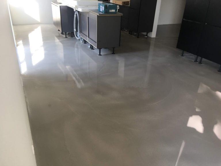 Poleret beton, rum med sorte reoler